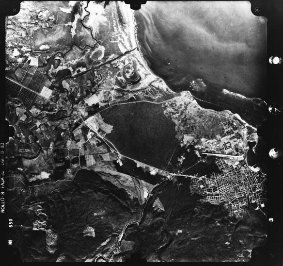 Foto aérea de la ciudad de Barahona y su entorno de febrero de 1983, a ser descrita en la práctica 1 de GEO202