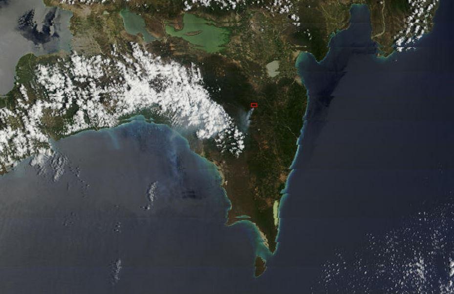 Imagen del satélite Terra/MODIS, tomada a las 11.45 am hora dominicana. Mediante las bandas térmica e infrarrojo medio, MODIS detecta las anomalías de temperatura indicándola con un recuadro rojo, que en este caso correspondería a un incendio en Charco Colorado, al nordeste del Parque Nacional Sierra de Bahoruco. Se observa una pluma de humo viajando hacia el sudoeste (fuente: NASA/GSFC, Rapid Response, http://rapidfire.sci.gsfc.nasa.gov/cgi-bin/imagery/single.cgi?image=crefl1_143.A2013107154500-2013107155000.250m.jpg)