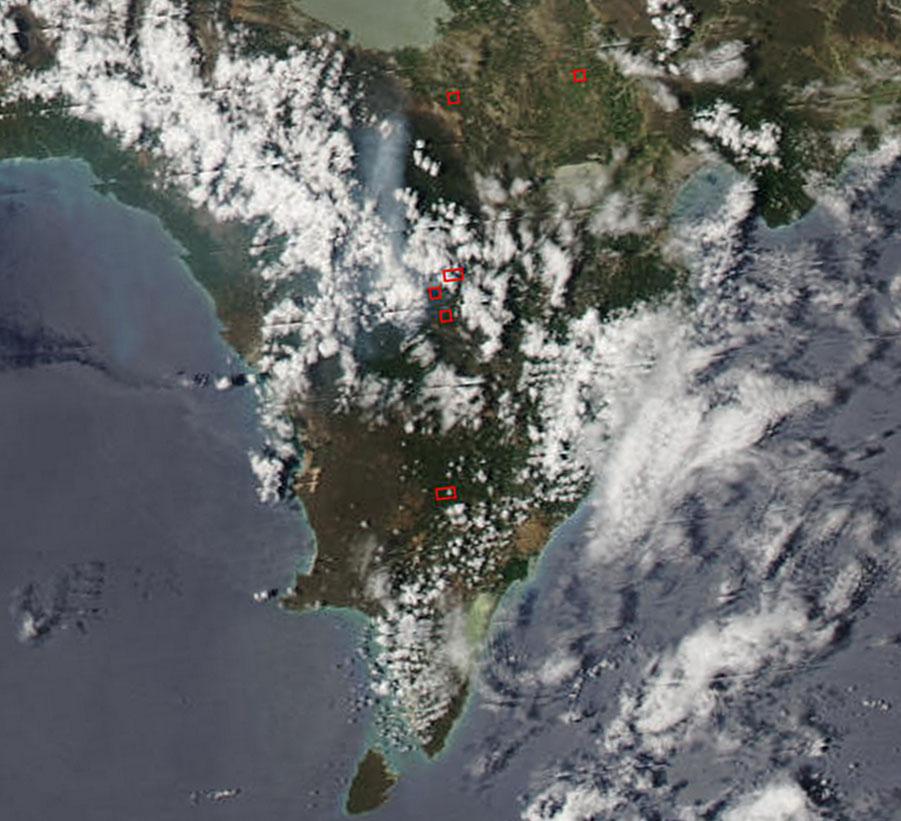 Composición en color real del satélite Terra/MODIS, tomada a las 1.55 pm hora dominicana, enfocada en la sierra de Bahoruco. Mediante las bandas térmica e infrarrojo medio, MODIS detecta las anomalías de temperatura indicándola con un recuadro rojo, que en este caso correspondería a un incendio en Charco Colorado, al nordeste del Parque Nacional Sierra de Bahoruco. Destaca también el campo de nubes que cubre la sierra, las cuales, si precipitan, podrían contribuir con las labores de extinción (fuente: NASA/GSFC, Rapid Response, https://earthdata.nasa.gov/data/near-real-time-data/visualization/rapid-response)