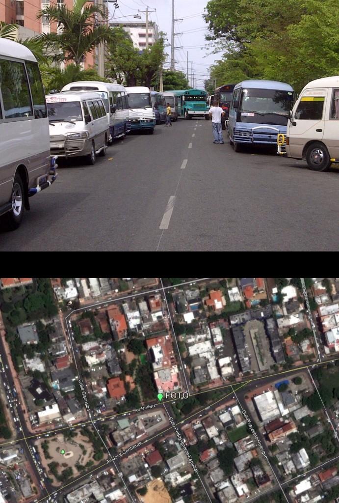 Avenida Bolívar casi esquina Pedro Ignacio Espaillat; ver localización en mapa inferior (Foto: J. Martínez, 3 de mayo de 2013). Ambos márgenes de la Bolívar ocupados por guaguas. El área de paso para vehículos se reduce a un único y precario carril. El paso de un autobús ancho, como el azul del centro, se dificulta. El tumulto de personas aumenta los riesgos de atropellos. No había, en el momento de la foto, ninguna autoridad organizando el tráfico ni el paso de peatones. CAOS TOTAL.