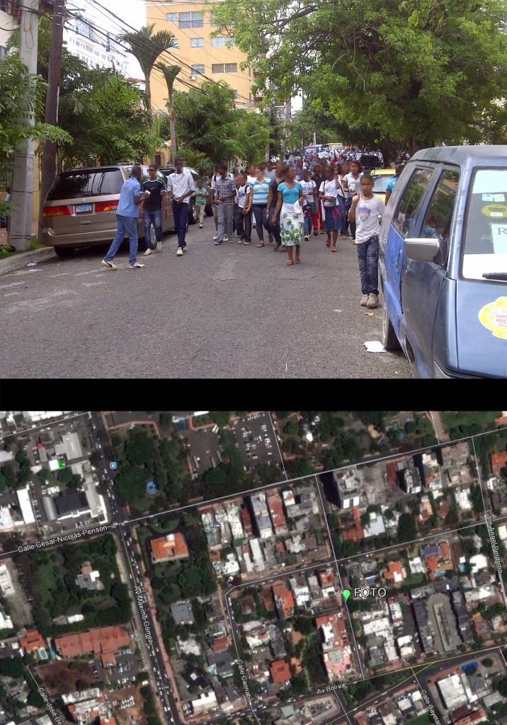 Avenida Máximo Cabral, entre Caonabo y Bolívar. La fotografía está tomada sobre la primera mirando hacia el norte; ver localización en mapa inferior hecho con GoogleEarth (Foto: J. Martínez, viernes 3 de mayo de 2013, sobre las 3 pm). Ríos de gente bajaban por esta calle y, simultáneamente, circulaban guaguas y otros vehículos. Algunos tutores hacían que los grupos de estudiantes caminaran sólo por la acera, pero eran minoría. El abordaje de la gente a la guagua era igualmente caótico; se bloqueaba el tráfico en la Bolívar. Al igual que en la foto anterior, no había ninguna autoridad presente. CAOS TOTAL.