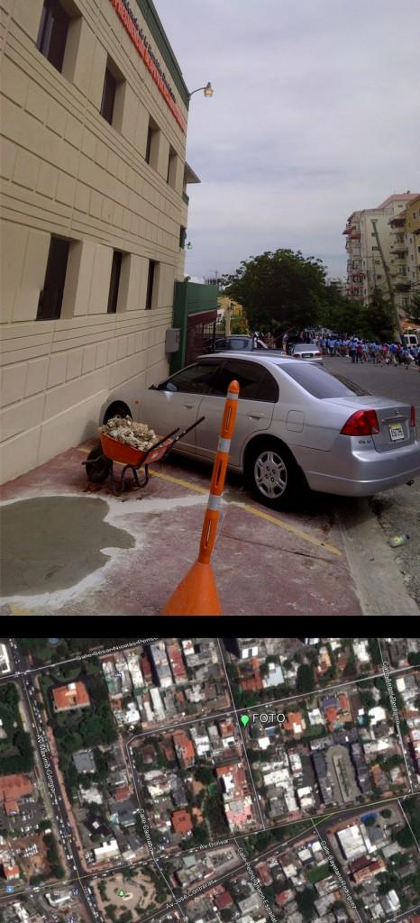 Avenida Máximo Cabral, esquina Caonabo; ver localización en mapa inferior hecho con GoogleEarth (Foto: J. Martínez, viernes 3 de mayo de 2013, sobre las 3 pm). El edificio es de la Comisión Presidencial de Apoyo al Desarrollo Barrial, el cual ocupa el acerado, obligando a los peatones a circular por la calle. RIESGO DE ATROPELLO.