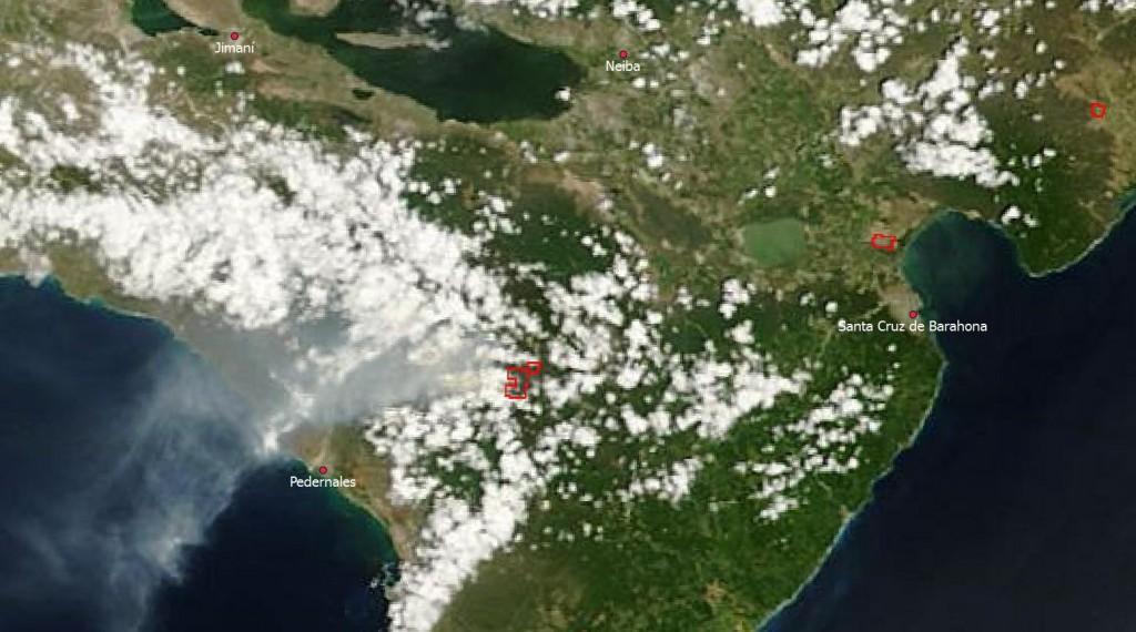 Composición en color real del satélite Terra, sensor MODIS, tomada a las 11.20 am hora dominicana del día de hoy (27 de agosto). Mediante las bandas térmica e infrarrojo medio, MODIS detecta las anomalías de temperatura, indicadas en la imagen con recuadros rojos; los que se observan al centro de la imagen, en algún punto entre Pelempito/El Aceitillar/Canote, corresponden al incendio declarado en días pasados. Nótese la pluma de humo viajando hacia el sudoeste y cubriendo parcialmente a Pedernales (fuente: NASA/GSFC, Rapid Response, http://lance-modis.eosdis.nasa.gov/imagery/subsets/?subset=GreaterAntilles.2013239.terra.250m)