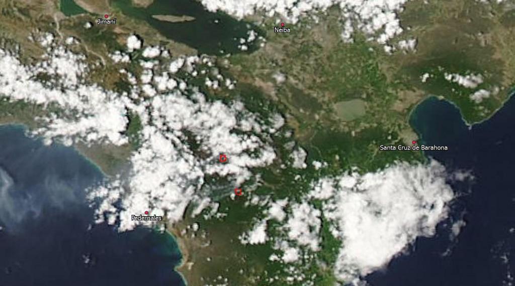 Composición en color real del satélite Aqua, sensor MODIS, tomada a las 2.10 pm hora dominicana del día de hoy (29 de agosto). Mediante las bandas térmica e infrarrojo medio, MODIS detecta las anomalías de temperatura, indicándolas con recuadros rojos; la más al norte se sitúa justo sobre Canote, y la otra al oeste del centro de visitantes. Se observa una pluma de humo viajando hacia el sudoeste (fuente: http://lance-modis.eosdis.nasa.gov/imagery/subsets/?subset=GreaterAntilles.2013241.aqua.250m)